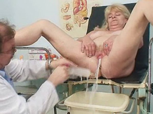 klizma-porno-stariy-doktor-seksualnie-pristavaniya-v-lifte
